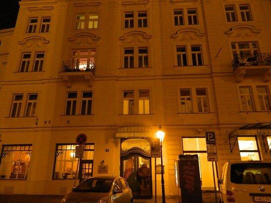 Hotel Hastal Prague Old Town : Questo è l'hotel visto dall'esterno, notare il Golem di fronte alla porta d'ingresso