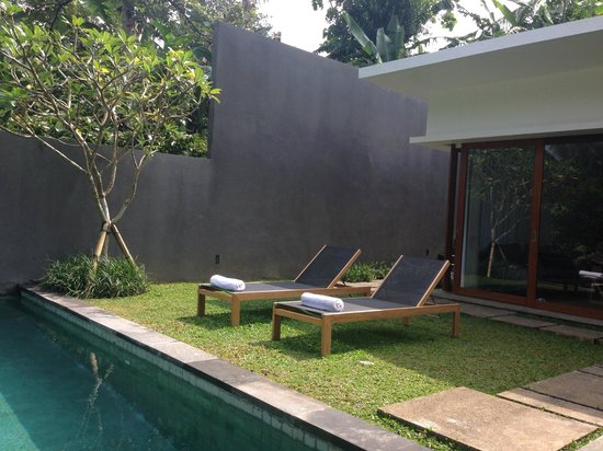 Aria Villas Ubud: Sunchairs with towels a-beckoning