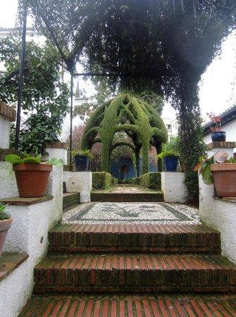 Carmen de la Victoria: Jardines del hotel con fuente vegetal