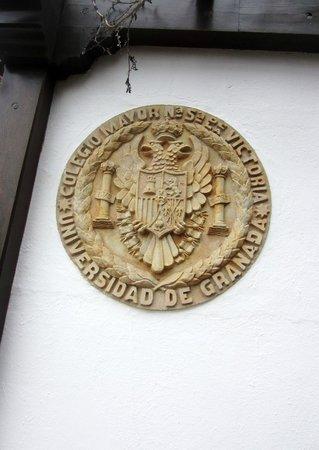 Carmen de la Victoria: Escudo de pared alusivo al establecimiento