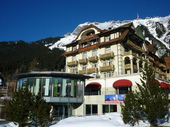 Hotel Victoria-Lauberhorn: Hotel from railway station