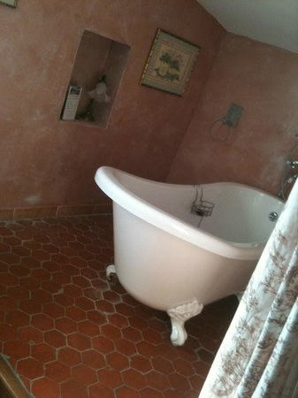 La Licorne Guest House : The lovely Tub ... ask for the room with the tub if you wish :)
