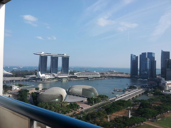 Swissotel The Stamford Singapore: Day view of Marina Bay area from room balcony