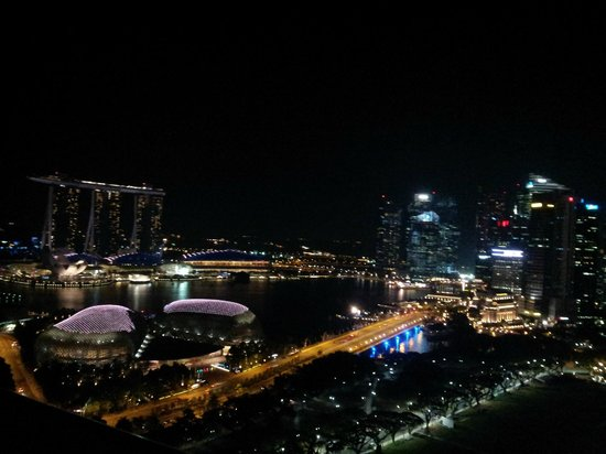 Swissotel The Stamford: Night view of Marina bay area from room balcony