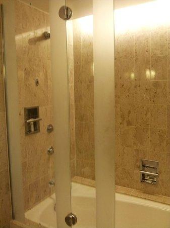 Swissotel The Stamford: Bathtub & shower