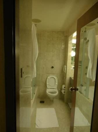Swissotel The Stamford: Bathroom