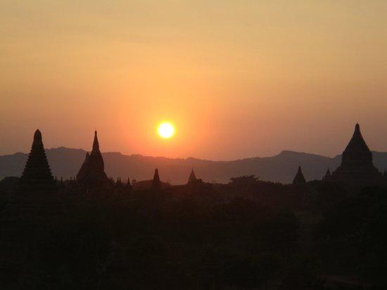 Tempel von Bagan: 夕方の仏塔群