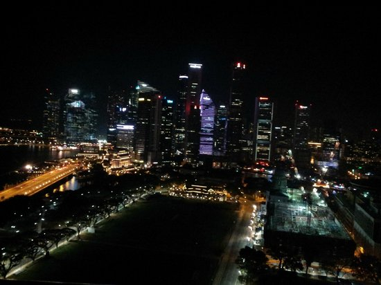 Swissotel The Stamford Singapore: Night view of city from room balcony