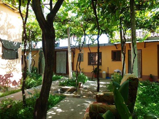 Florian Shkodra Guesthouse and Hostel: Anbauten mit Zimmer von außen