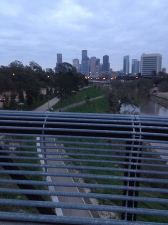 Allen Parkway Loop: Downtown Houston skyline...you can run from downtown to the most popular park Memorial Park ...1