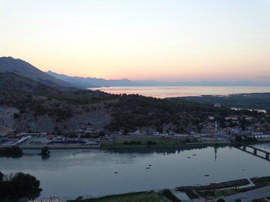 Florian Shkodra Guesthouse and Hostel : Aussicht über Shkodra Lake von der Burg