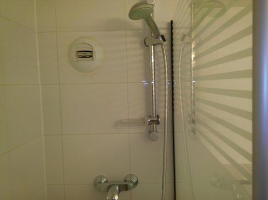 Ibis Budget Marne la Vallée : Shower