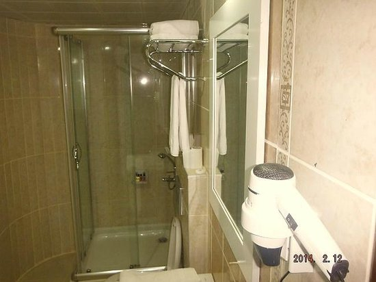 Olbia Hotel: shower and hairdryer