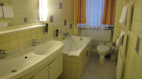 Hotel Vier Jahreszeiten: Bathroom - Clean, but dated yellow tile and green grout
