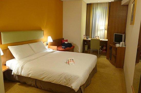 ibis Ambassador Seoul Myeongdong: clean & cozy room.