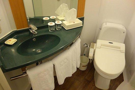 ibis Ambassador Seoul Myeongdong: compact yet functional bath.