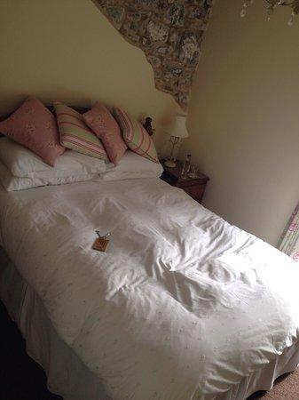 The Royal Oak Inn: Lovely comfy bed!