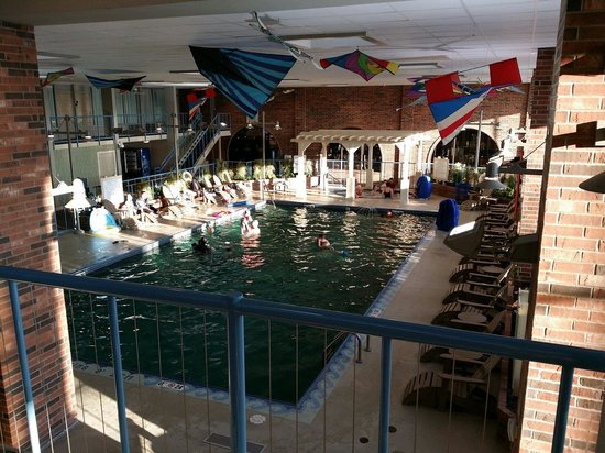 Holiday Inn Kalamazoo-West: Pool area is nice, gets pretty busy during the weekend days.