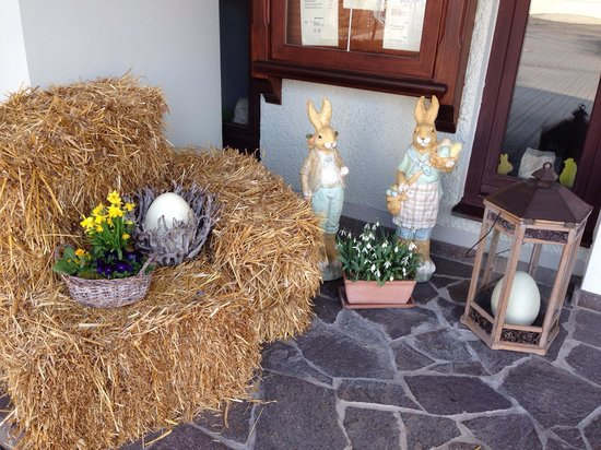 Mercure Hotel Ingolstadt : Eastern decoration in front of the main entrance.