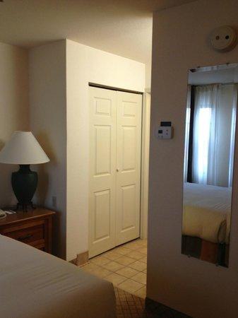Sonesta ES Suites Houston Galleria: Closet