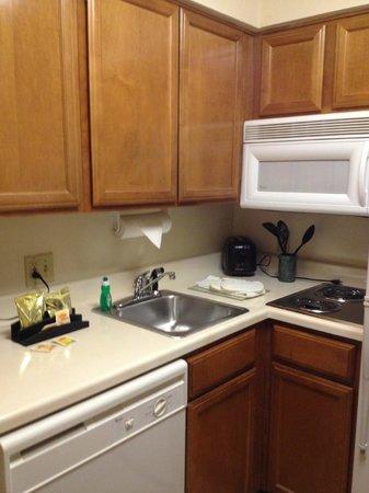 Sonesta ES Suites Houston Galleria: The little kitchenette area.