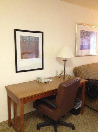Sonesta ES Suites Houston: Desk and work area.