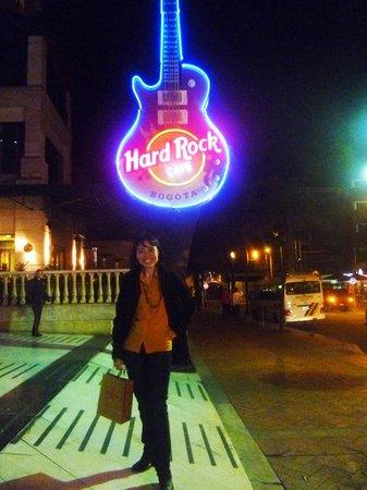 Hard Rock Cafe : il simbolo hrc illumina la strada