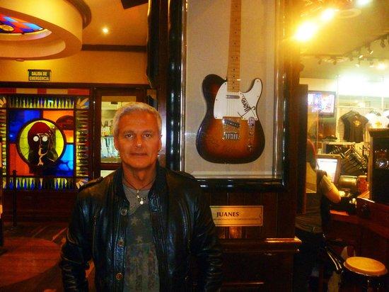 Hard Rock Cafe : la chitarra di juanes  star colombiana del rock a livello mondiale