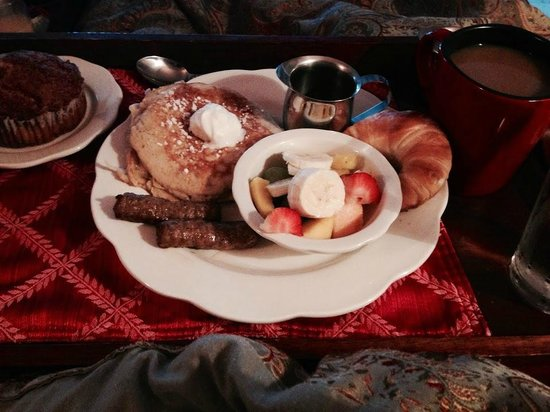 Bayfront Marin House Historic Inn: Breakfast in Bed!