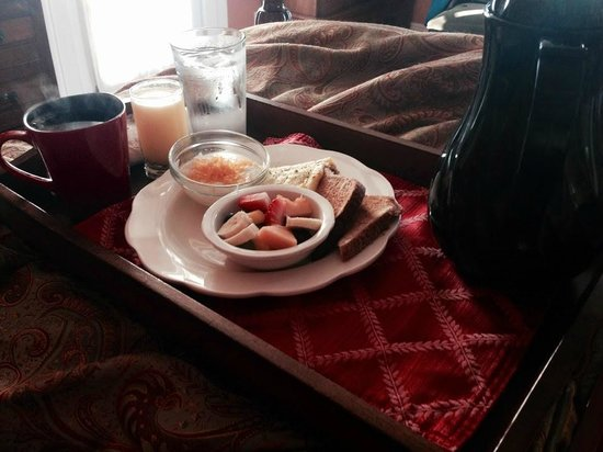 Bayfront Marin House Historic Inn: Breakfast in Bed!