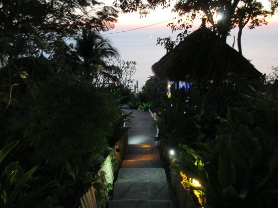 Aminjirah Resort : Weg zum pool