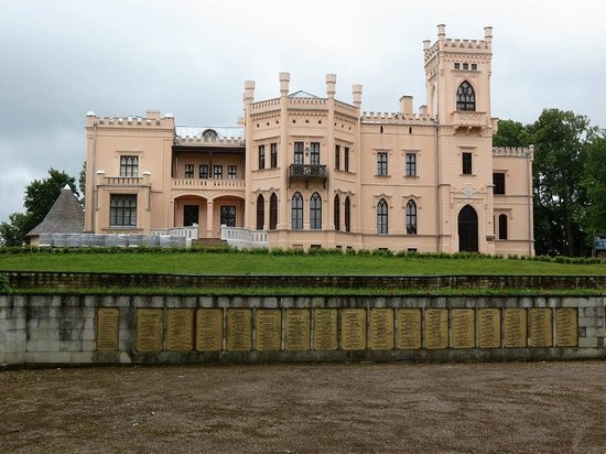Aluksne Castle-ruins, Manor and Park: замок г. Алуксне