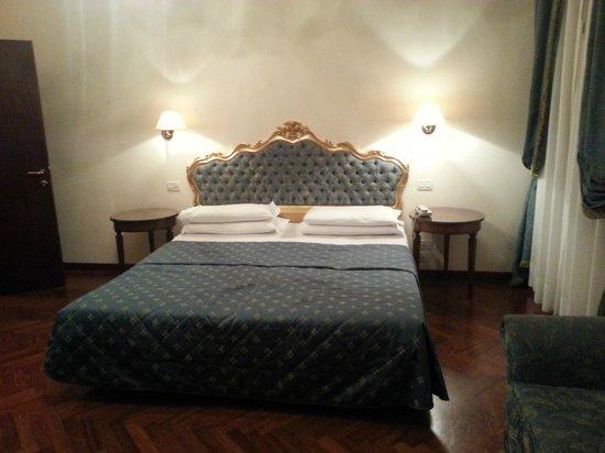 Locanda Sant'Agostin: MASSIVE BED