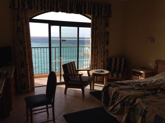 Paradise Bay Resort Hotel: A bit dark but spacious well appointed room
