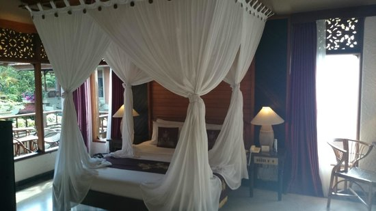 Bali Tropic Resort and Spa: Bed in the bungalow