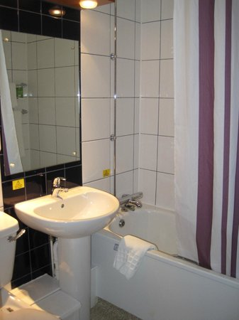 Premier Inn Gloucester (Twigworth) Hotel: Bathroom