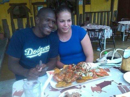 Sabor Latino Bistro Restaurant: Feliz con mi esposa y buena comida