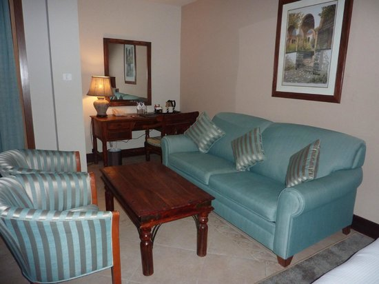 Hilton Al Hamra Beach & Golf Resort: Salotto
