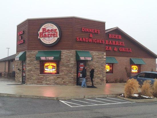 Beer Barrel Pizza & Grill: Front entrance