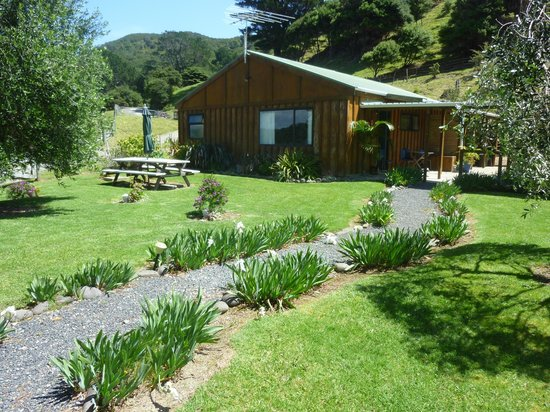 Aotea Lodge: Outdoor seating and gardens