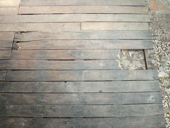 Complejo Bosque Azul : Deck delante de la puerta de la cabaña