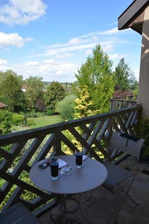 Le Relais Bernard Loiseau : Vue des jardins depuis la terrasse