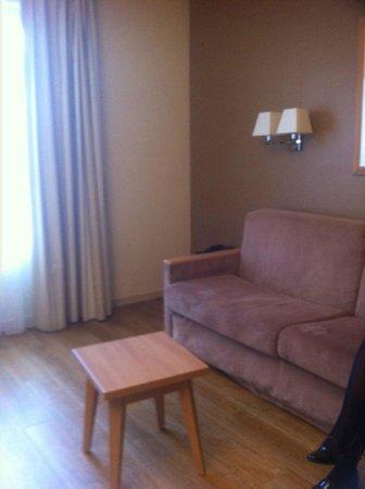 Citadines Didot Montparnasse: Salon appartement pour 4 avec canapé convertible