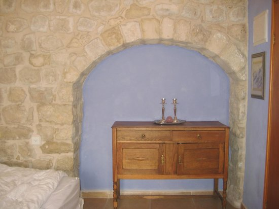 Artist Quarter Guesthouse B&B: Dresser with Shabbat Candles