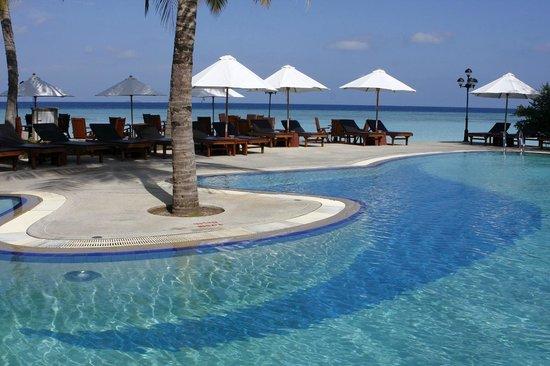 Paradise Island Resort & Spa: Piscine et vue depuis la partie Ouest