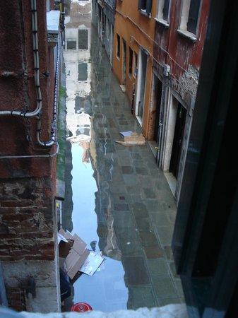 Locanda Cavanella: Flooded street