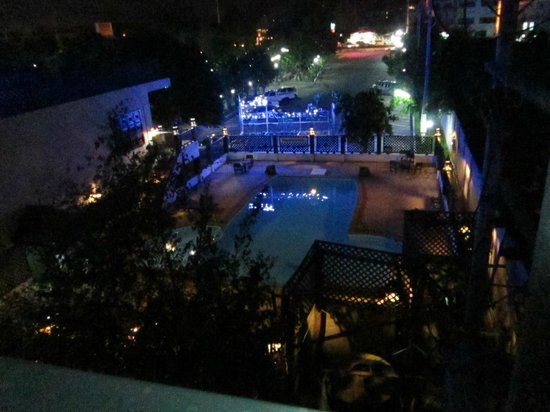 Sirinart Garden Hotel: The pool as viewed from Rm 301