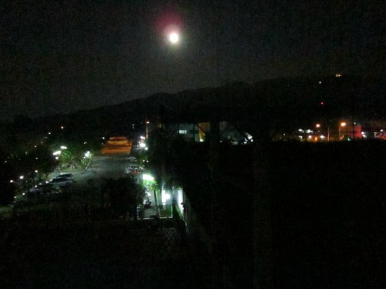 Sirinart Garden Hotel: 5 AM full moon as viewed from Rm 301