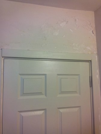 Artemis Old City Hotel: crumbling plaster