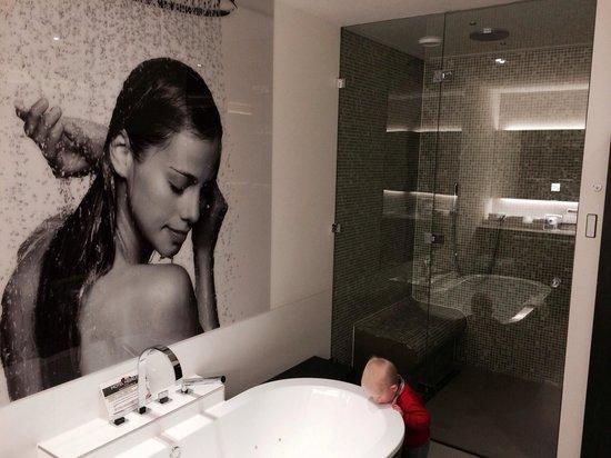 Bad stoomcabine met regen en handdouche in wellbeing suite foto